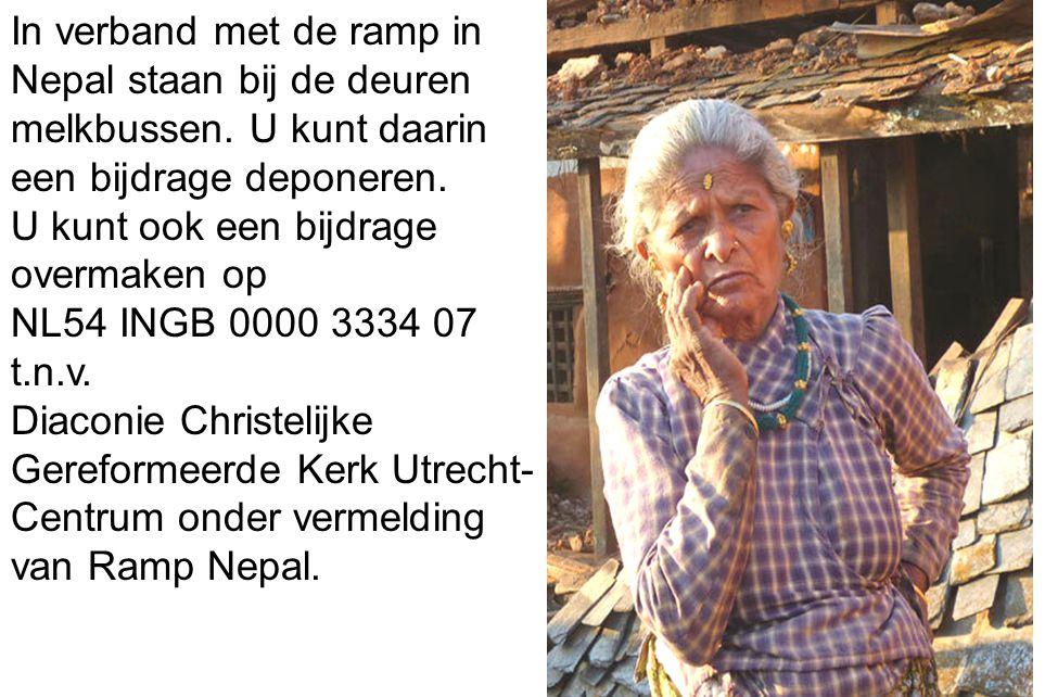 33 In verband met de ramp in Nepal staan bij de deuren melkbussen.