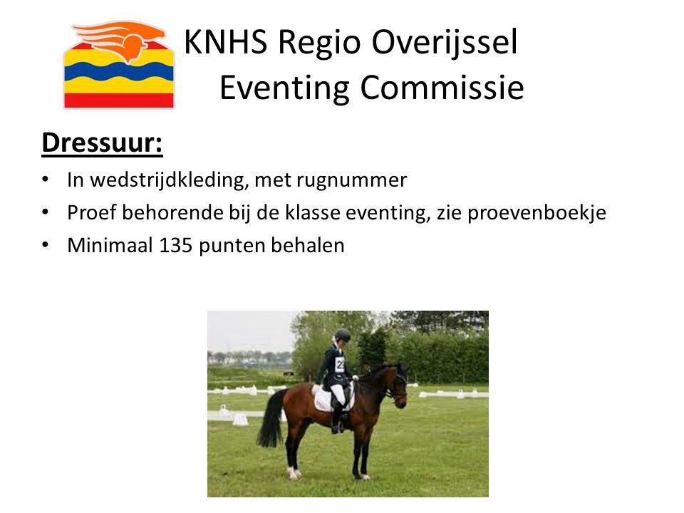 KNHS Regio Overijssel Eventing Commissie Dressuur: In wedstrijdkleding, met rugnummer Proef behorende bij de klasse eventing, zie proevenboekje Minima