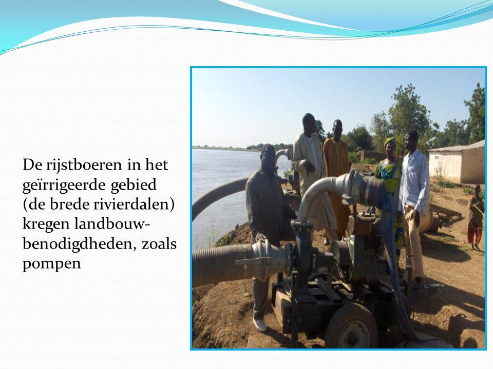 De rijstboeren in het geïrrigeerde gebied (de brede rivierdalen) kregen landbouw- benodigdheden, zoals pompen