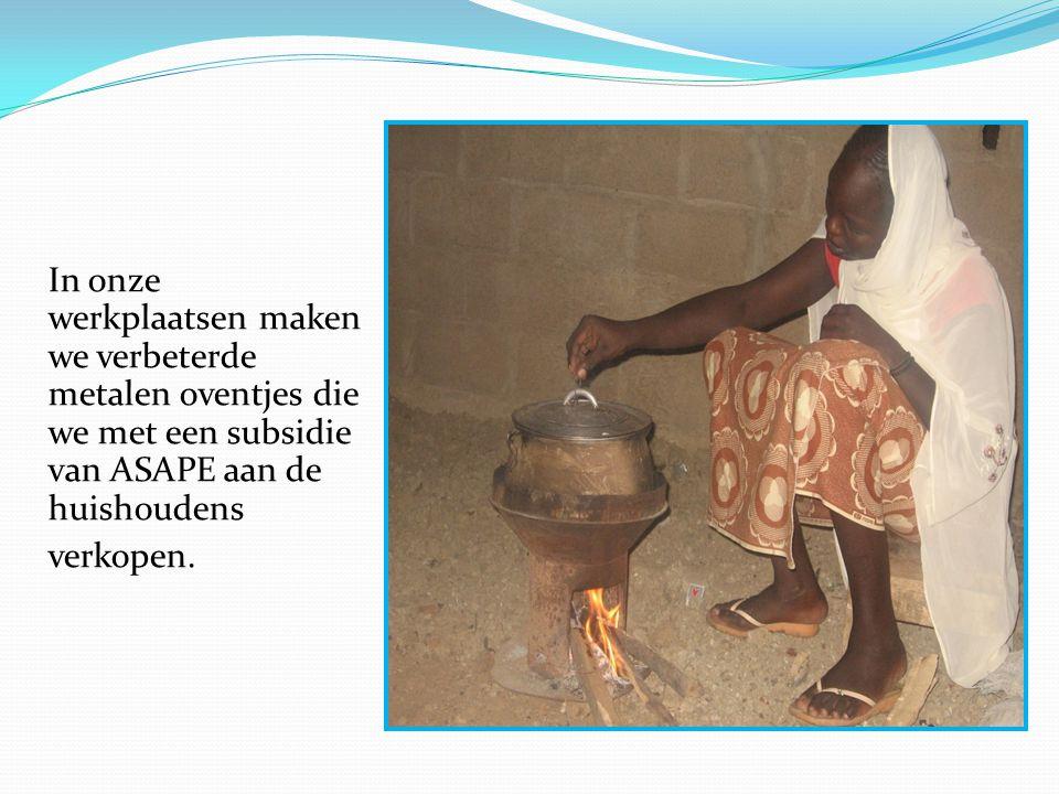 In onze werkplaatsen maken we verbeterde metalen oventjes die we met een subsidie van ASAPE aan de huishoudens verkopen.