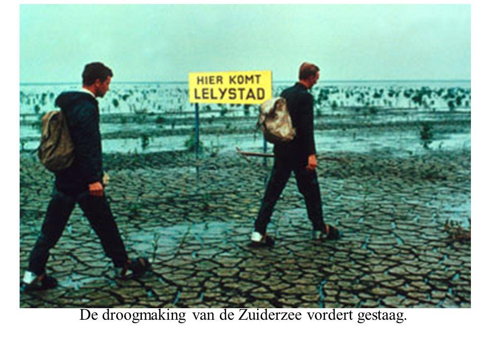 De droogmaking van de Zuiderzee vordert gestaag.