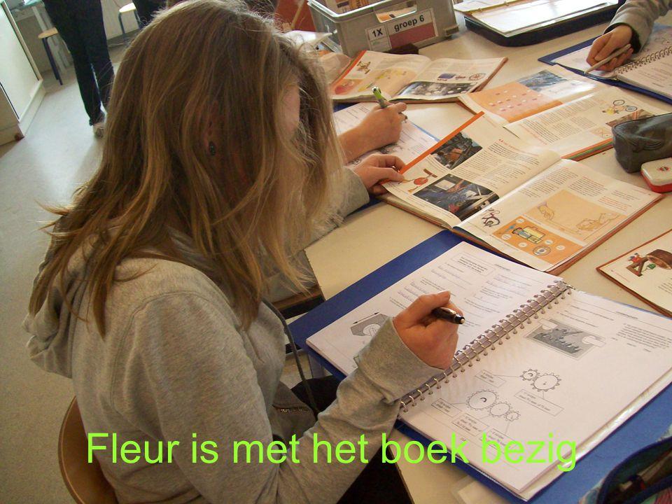 Fleur is met het boek bezig