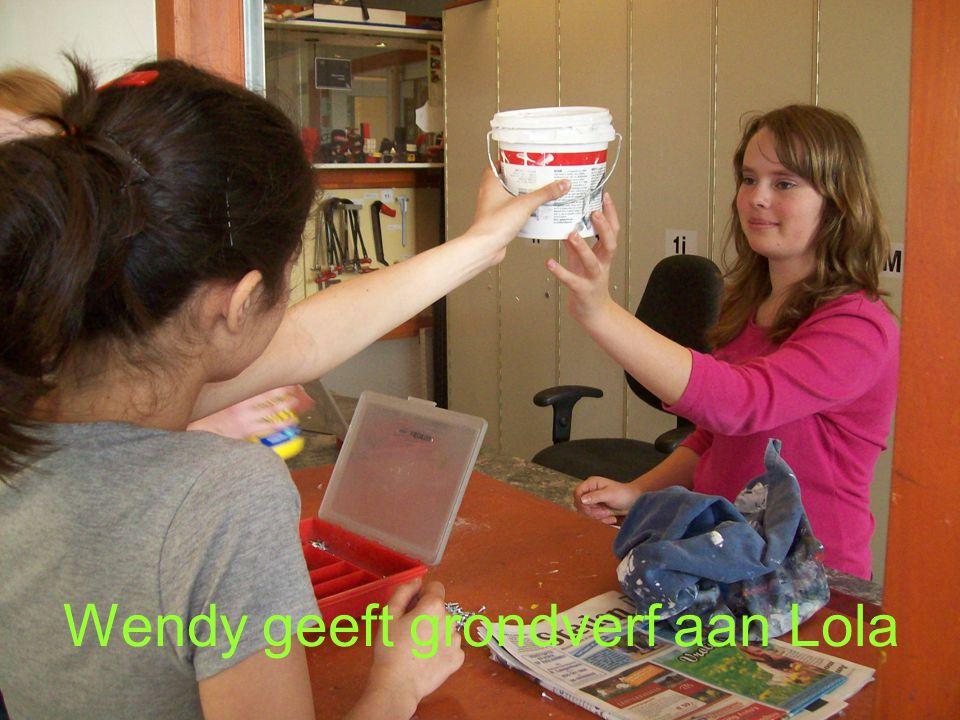 Wendy geeft grondverf aan Lola