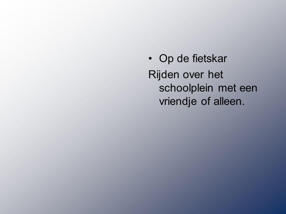 Op de fietskar Rijden over het schoolplein met een vriendje of alleen.