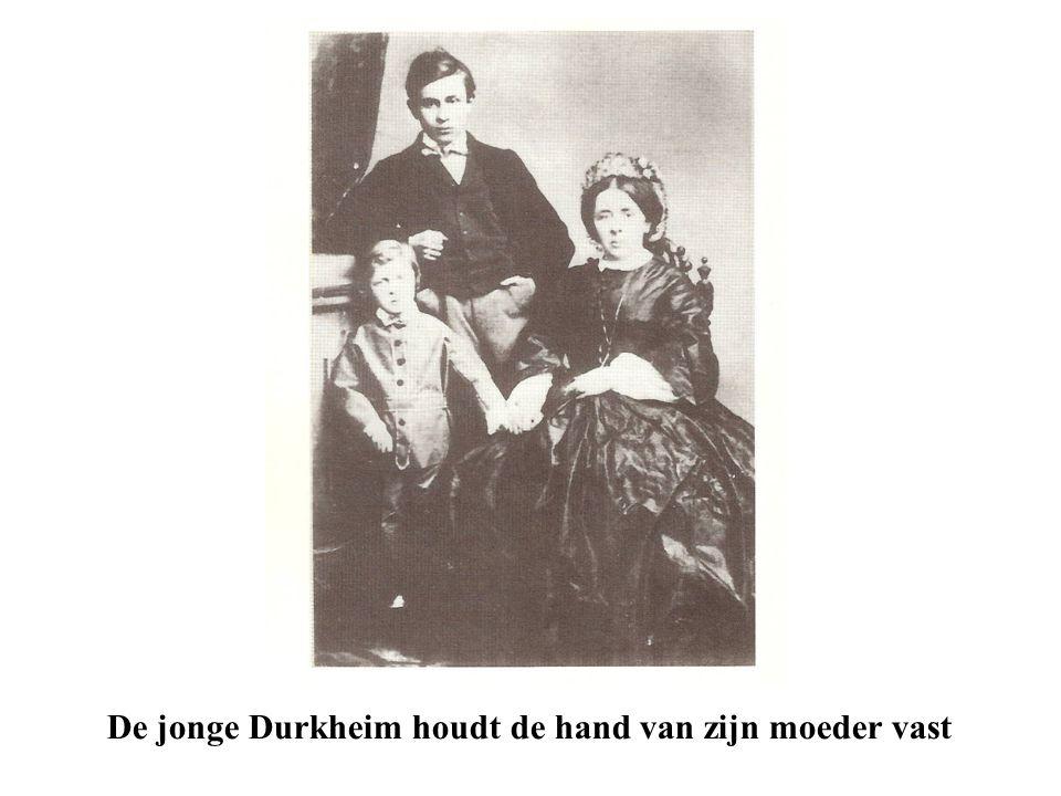 De jonge Durkheim houdt de hand van zijn moeder vast