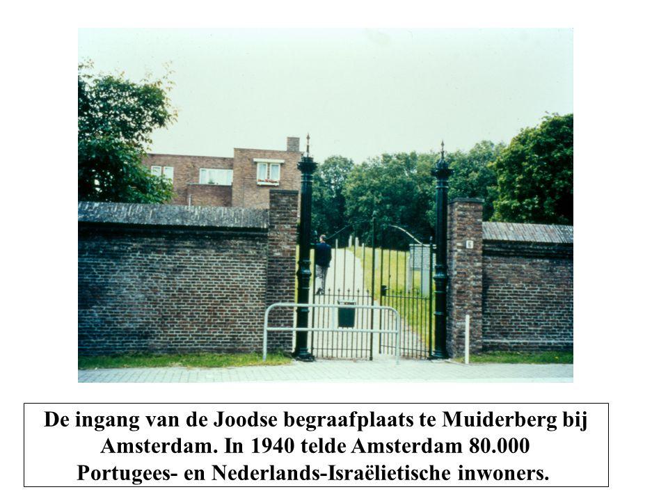 De ingang van de Joodse begraafplaats te Muiderberg bij Amsterdam.