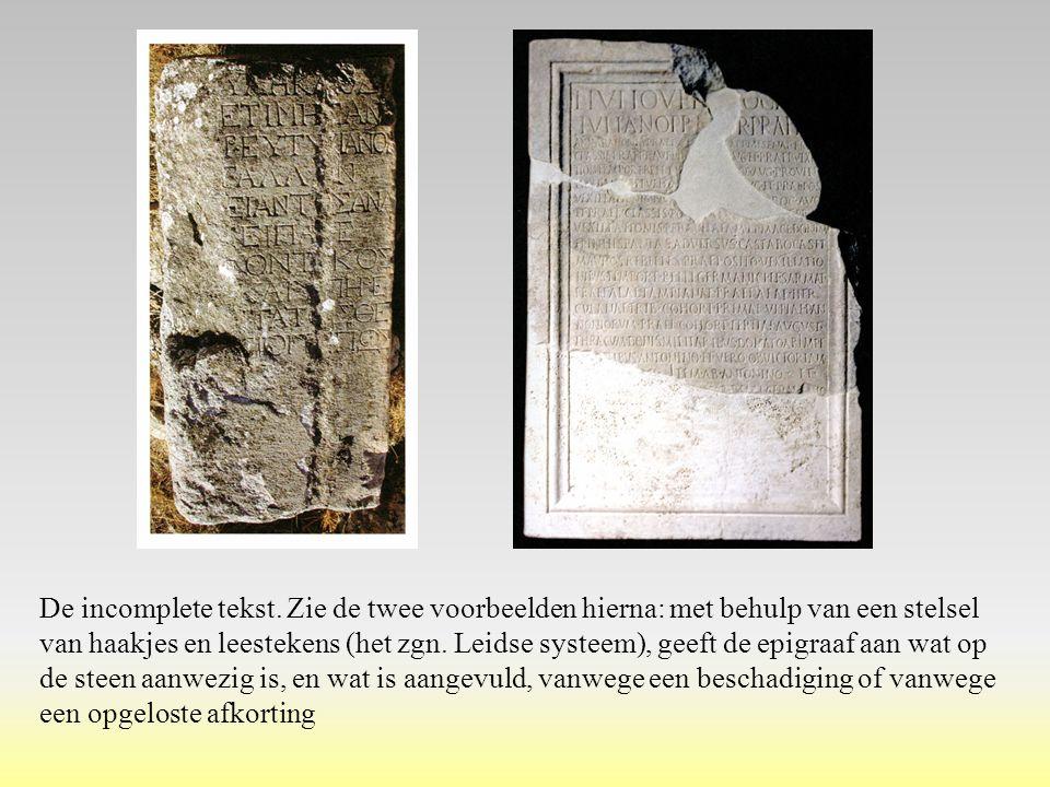 De incomplete tekst. Zie de twee voorbeelden hierna: met behulp van een stelsel van haakjes en leestekens (het zgn. Leidse systeem), geeft de epigraaf