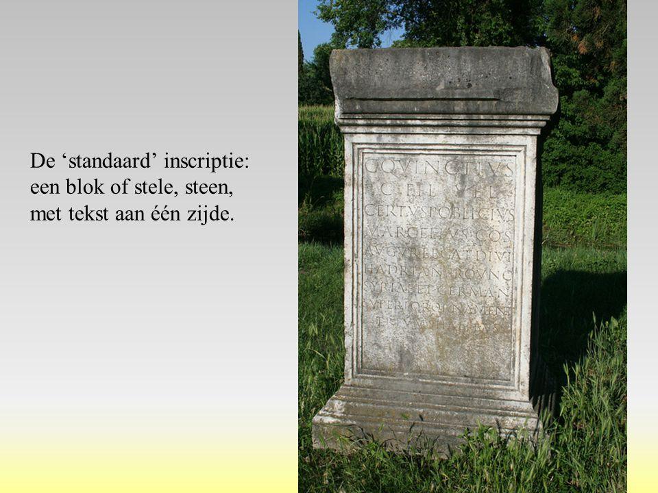 De 'standaard' inscriptie: een blok of stele, steen, met tekst aan één zijde.