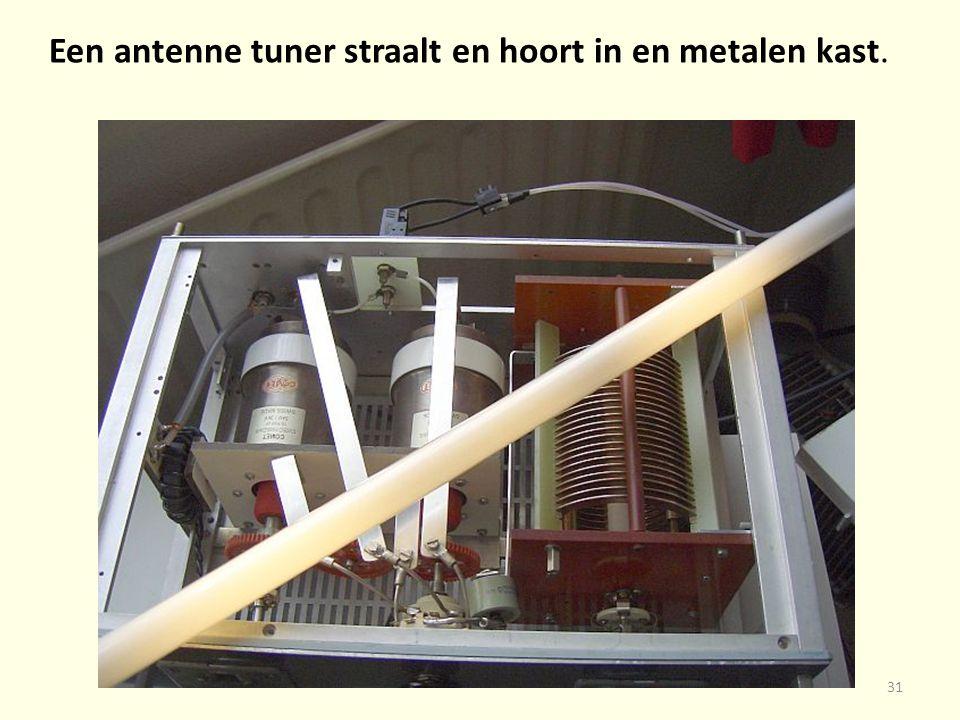 31 Een antenne tuner straalt en hoort in en metalen kast.