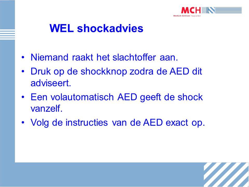 WEL shockadvies Niemand raakt het slachtoffer aan. Druk op de shockknop zodra de AED dit adviseert. Een volautomatisch AED geeft de shock vanzelf. Vol