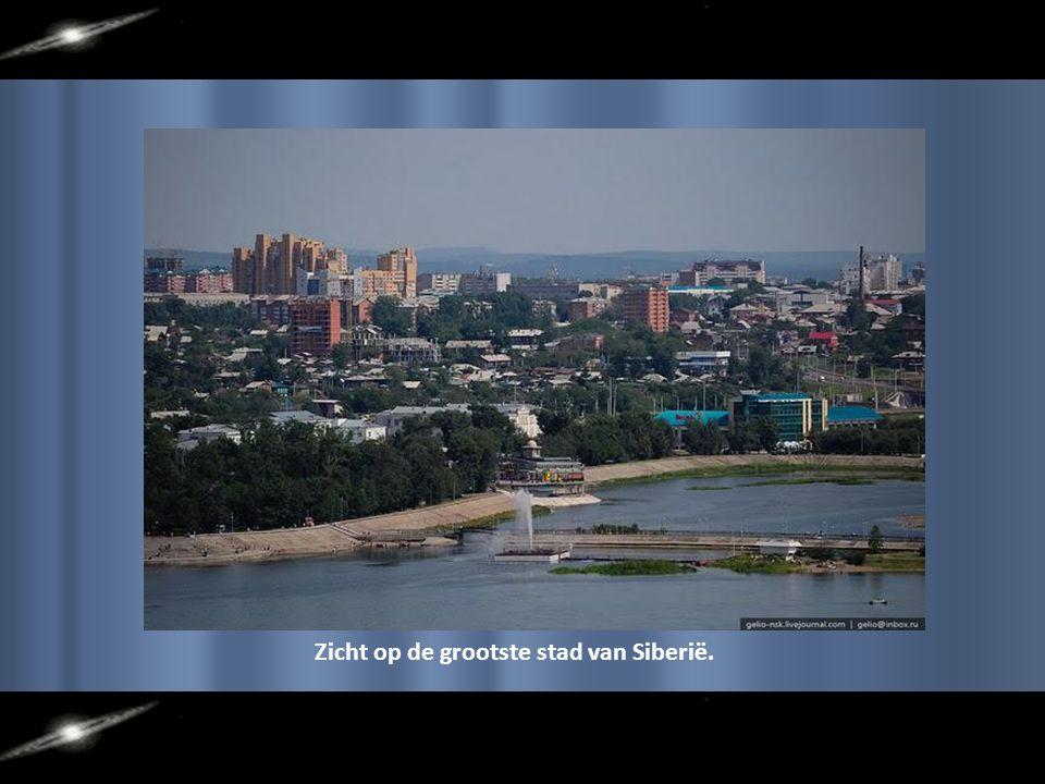 De grootste stad in de regio van Siberië: Irkoetsk, langs de Angara-rivier.