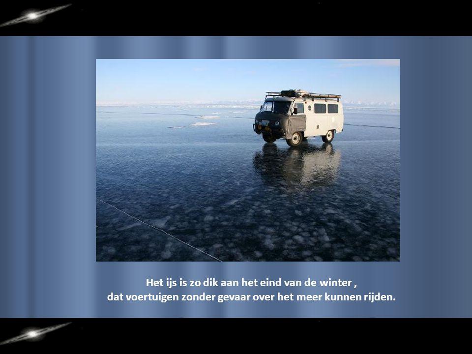 Het ijs is zo dik aan het eind van de winter, dat voertuigen zonder gevaar over het meer kunnen rijden.