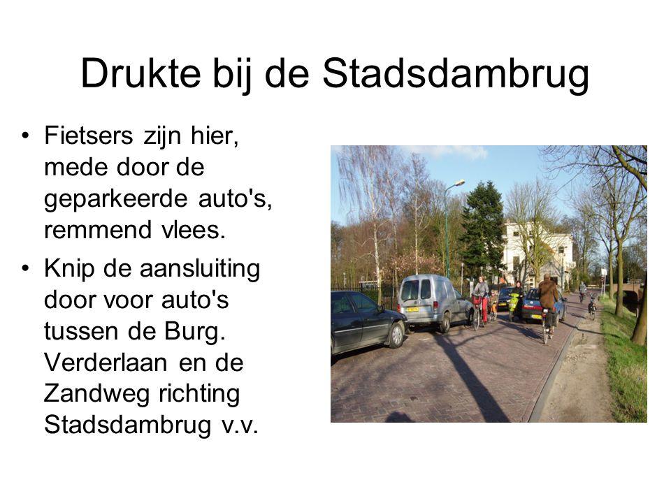 Drukte bij de Stadsdambrug Fietsers zijn hier, mede door de geparkeerde auto's, remmend vlees. Knip de aansluiting door voor auto's tussen de Burg. Ve