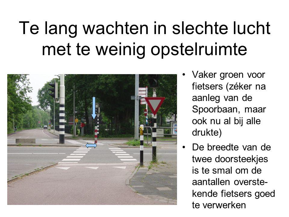 Te lang wachten in slechte lucht met te weinig opstelruimte Vaker groen voor fietsers (zéker na aanleg van de Spoorbaan, maar ook nu al bij alle drukte) De breedte van de twee doorsteekjes is te smal om de aantallen overste- kende fietsers goed te verwerken