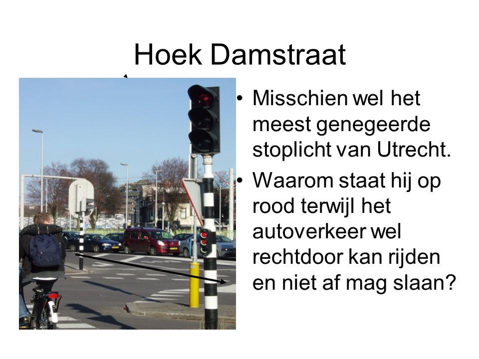 Hoek Damstraat Misschien wel het meest genegeerde stoplicht van Utrecht. Waarom staat hij op rood terwijl het autoverkeer wel rechtdoor kan rijden en