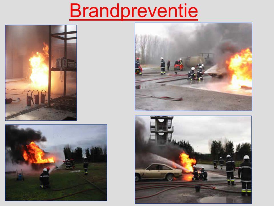 Het blussen met de haspel kan op verschillende wijzen gebeuren Vernevelde straal Niet geschikt om grote branden te blussen.