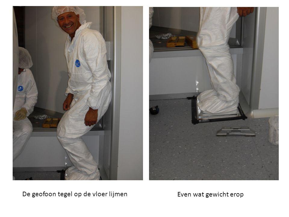 De geofoon tegel op de vloer lijmen Even wat gewicht erop