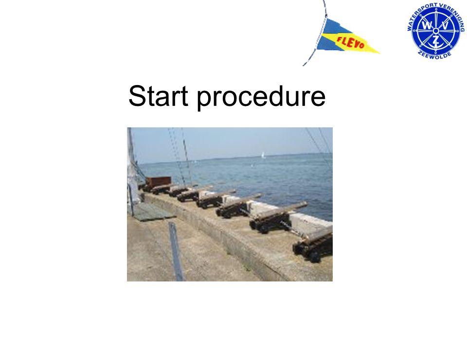 Startgroepen en tijden De 4 startgroepen (*1) zijn onderverdeeld in kleuren: Waarschuwingsein Startsein hijsen klassevlag strijken klassevlag geluidsein geluidsein Geel: 1e groep Kajuitboten Outboard SW> 19:15 uur 19:20 uur Rood: 2e groep Kajuitboten Inboard SW> 19:20 19:25 Blauw: 3e groep Kajuitboten Outboard < & Open boten19:25 19:30 Groen: 4 e groep Kajuitboten Inboard SW < 19:30 19:35 Alle deelnemende boten moeten bij voorkeur hun kleuren lintje in de achterstag voeren.
