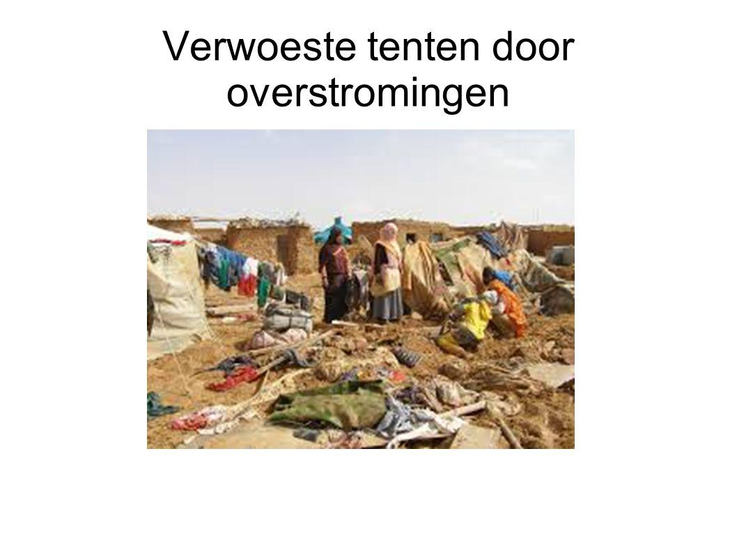 Verwoeste tenten door overstromingen
