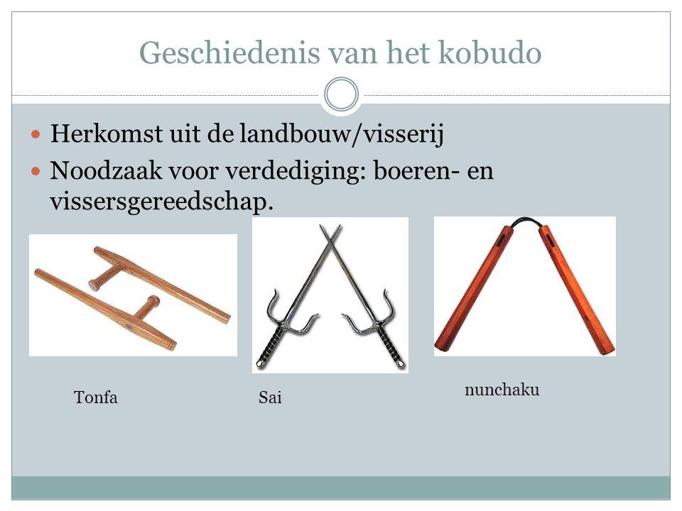 Geschiedenis van het kobudo Herkomst uit de landbouw/visserij Noodzaak voor verdediging: boeren- en vissersgereedschap. Tonfa nunchaku Sai