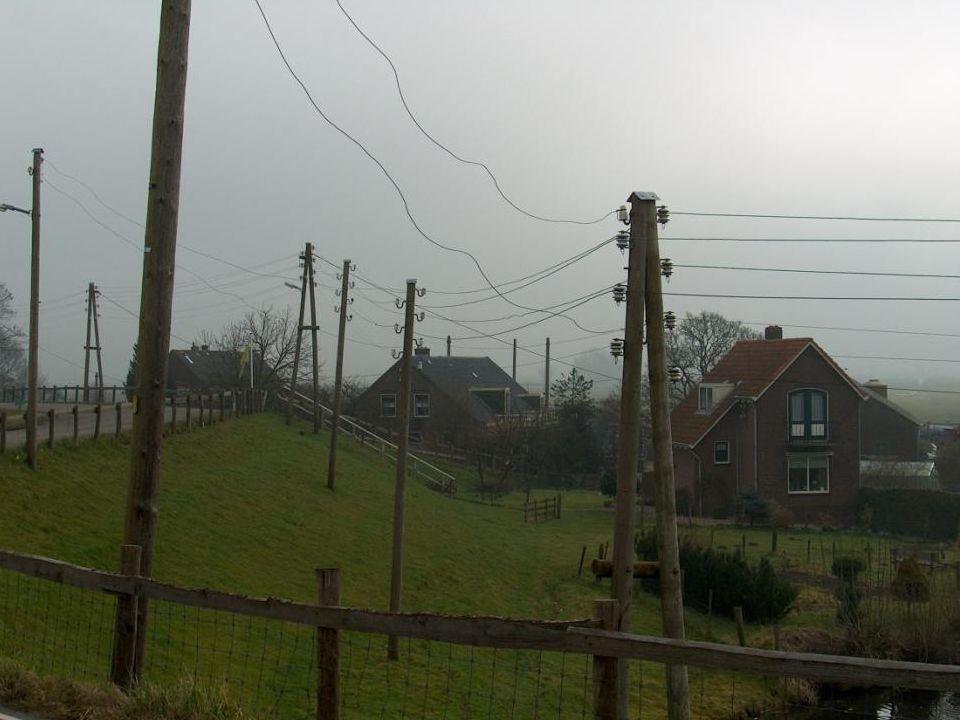 """Vanaf dan wijzigde het landschap: overal werden """"houten"""" telefoonpalen geplant en door kabels verbonden."""