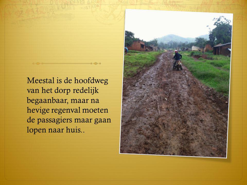De sporen van de verwoestende oorlog in 2002 zijn overal nog duidelijk zichtbaar… Sinds 2006 wordt het dorp weer langzaam opgebouwd.
