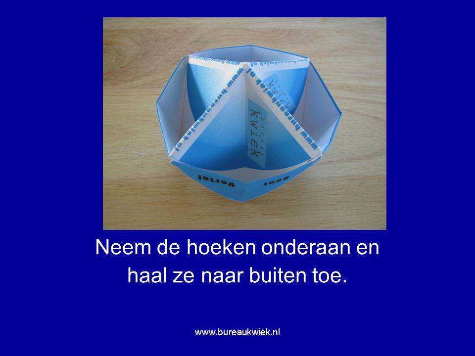 Neem de hoeken onderaan en haal ze naar buiten toe. www.bureaukwiek.nl