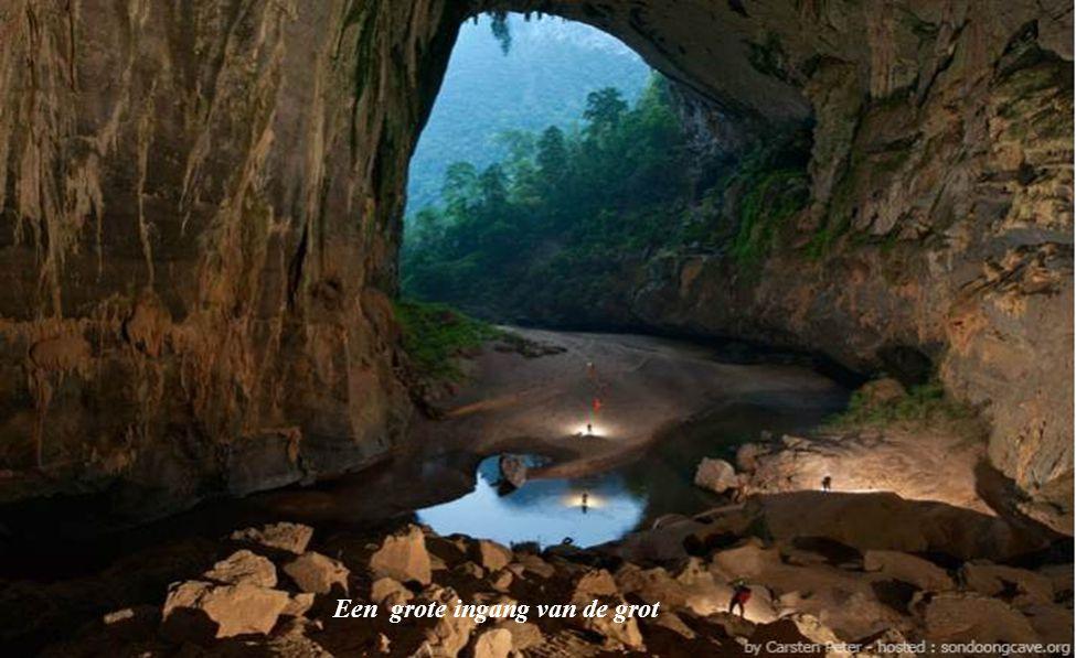 De Son Doong grot is de grootste grot ter wereld, ontdekt in 2009 Een blok van 40 verdiepingen zou kunnen gebouwd worden in het verlichte midden van de Son Doong grot.