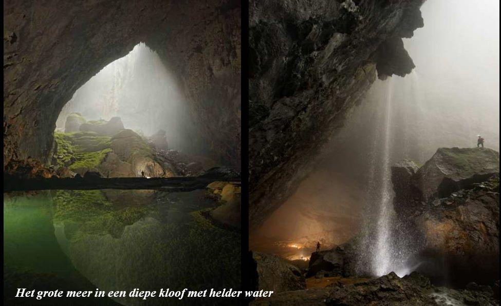 Een grote ingang van de grot
