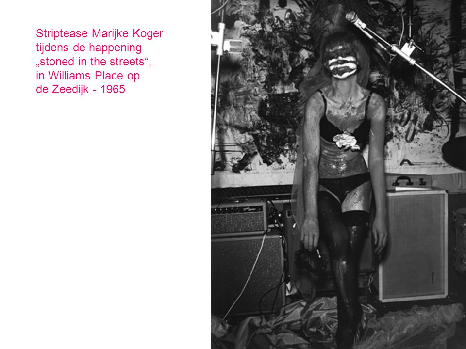 "Striptease Marijke Koger tijdens de happening ""stoned in the streets"", in Williams Place op de Zeedijk - 1965"