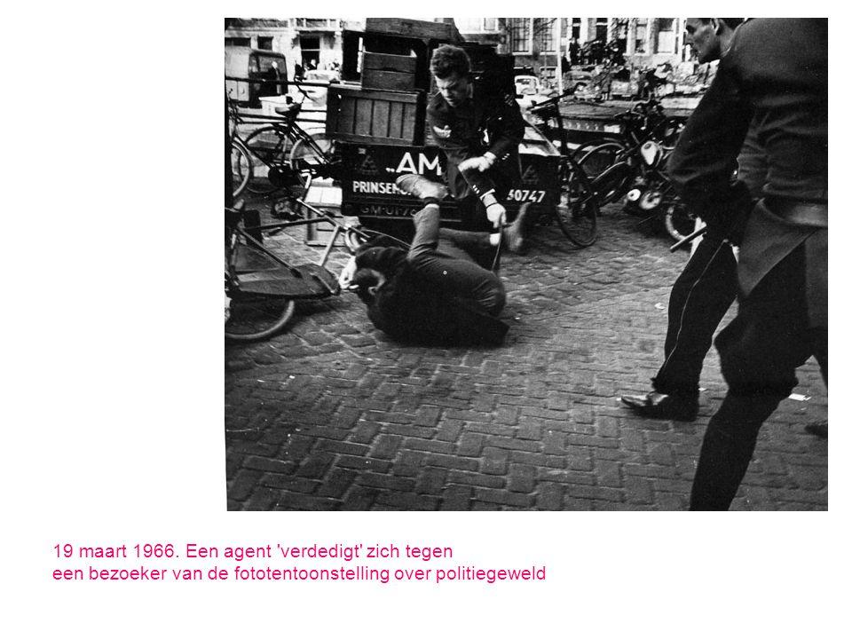 19 maart 1966. Een agent 'verdedigt' zich tegen een bezoeker van de fototentoonstelling over politiegeweld