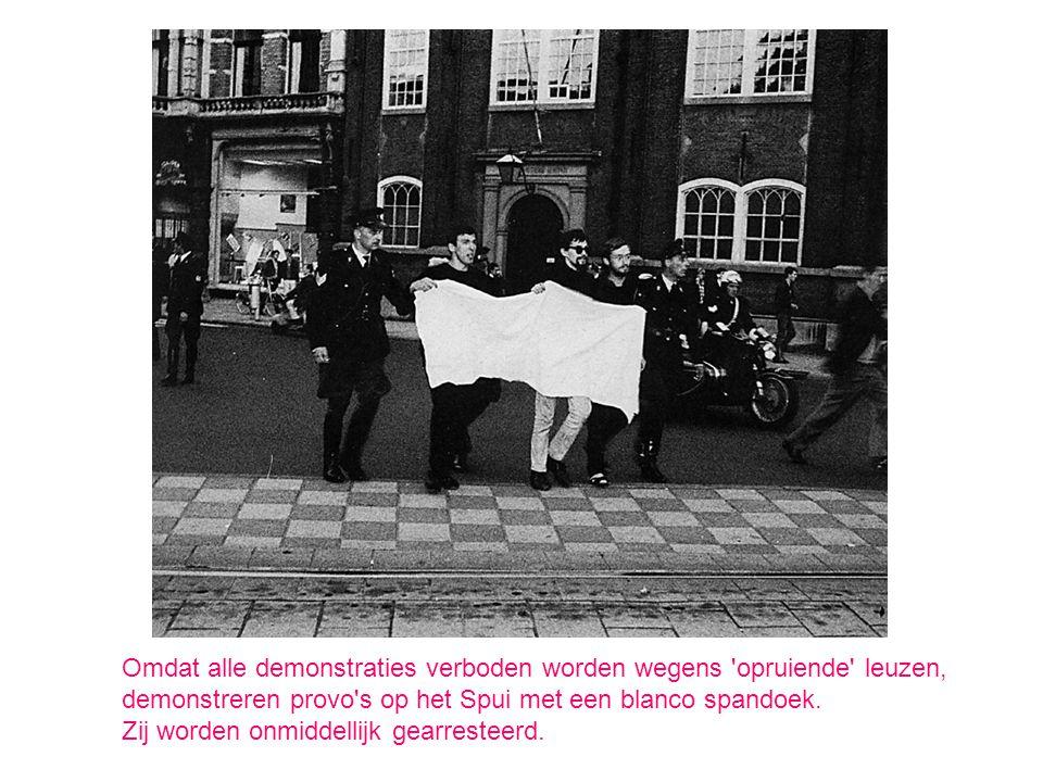 Omdat alle demonstraties verboden worden wegens 'opruiende' leuzen, demonstreren provo's op het Spui met een blanco spandoek. Zij worden onmiddellijk