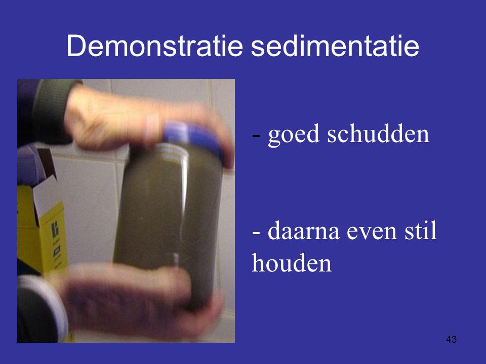43 Demonstratie sedimentatie - goed schudden - daarna even stil houden
