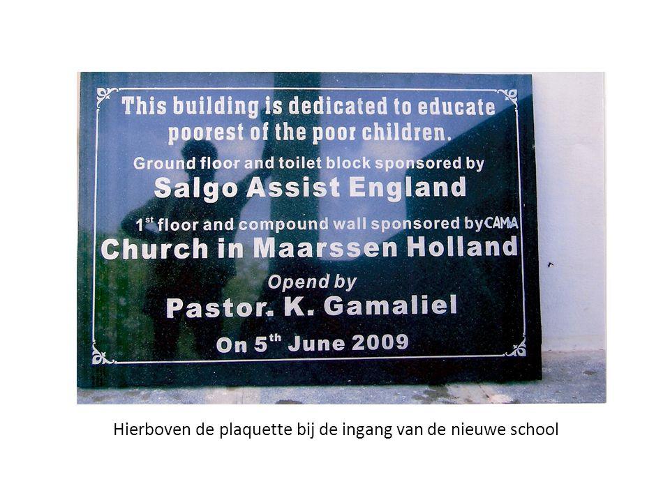 Hierboven de plaquette bij de ingang van de nieuwe school