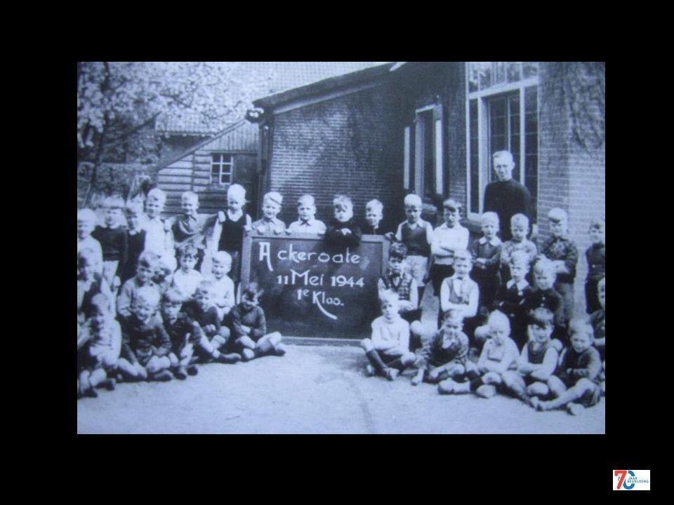 De gymnastiekzaal als leslokaal ingericht mei 1942