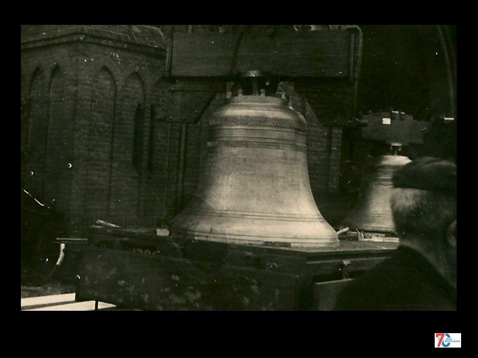 De klokken worden uit de torens gehaald 15 april 1943