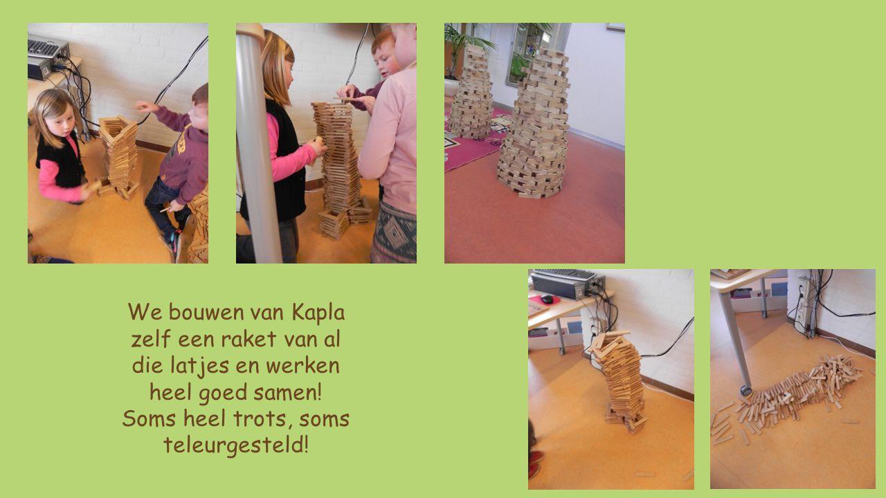 We bouwen van Kapla zelf een raket van al die latjes en werken heel goed samen.