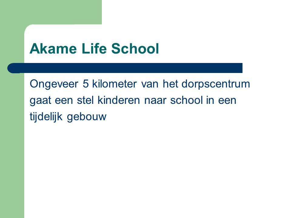 Akame Life School Ongeveer 5 kilometer van het dorpscentrum gaat een stel kinderen naar school in een tijdelijk gebouw