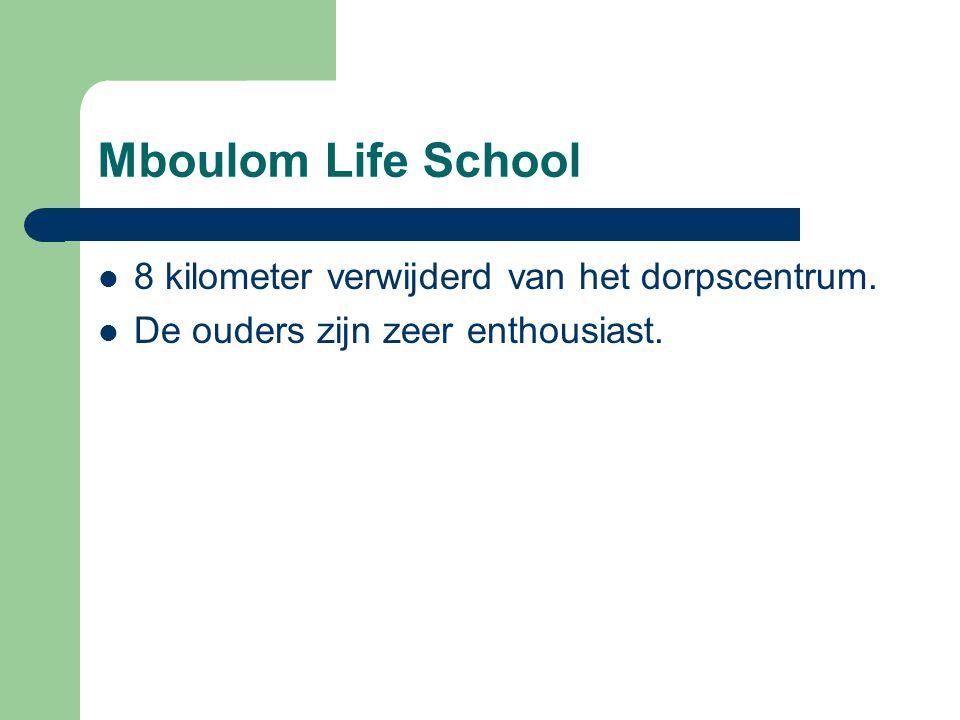 Mboulom Life School 8 kilometer verwijderd van het dorpscentrum. De ouders zijn zeer enthousiast.
