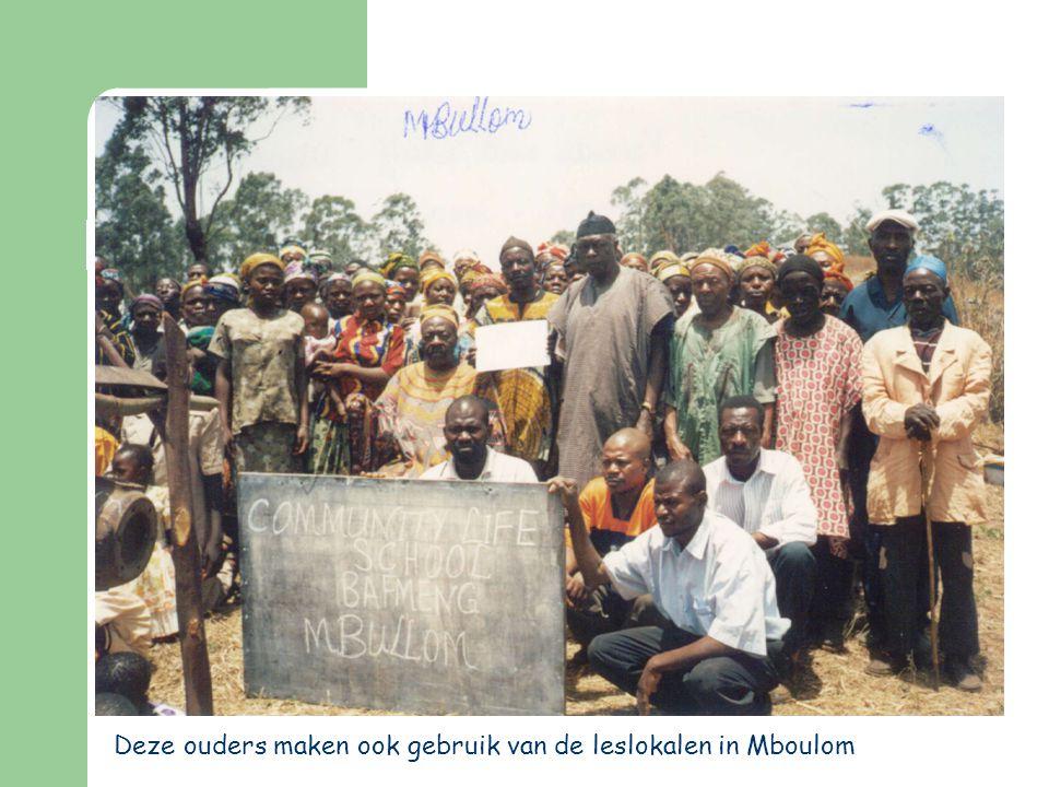 Deze ouders maken ook gebruik van de leslokalen in Mboulom