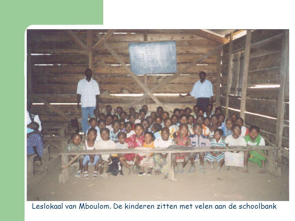 Leslokaal van Mboulom. De kinderen zitten met velen aan de schoolbank