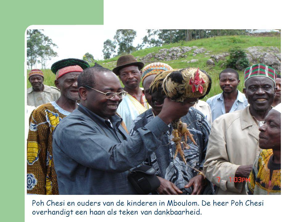 Poh Chesi en ouders van de kinderen in Mboulom. De heer Poh Chesi overhandigt een haan als teken van dankbaarheid.