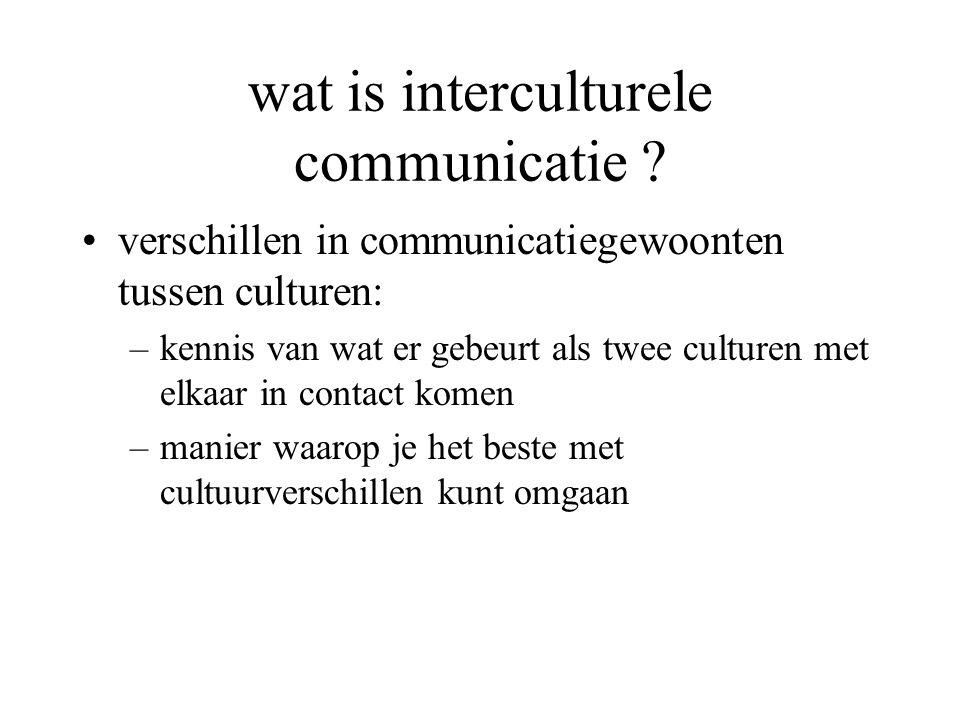 wat is interculturele communicatie ? verschillen in communicatiegewoonten tussen culturen: –kennis van wat er gebeurt als twee culturen met elkaar in
