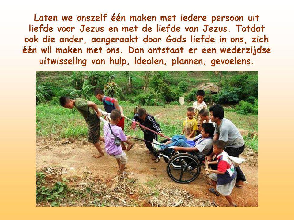 En als hij blij is, blij zijn met hem. Zo delen we het kruis door het met vele schouders te dragen.