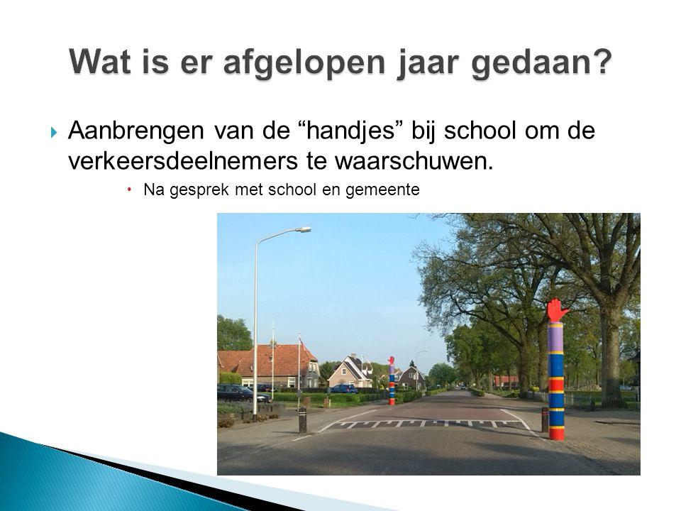 """ Aanbrengen van de """"handjes"""" bij school om de verkeersdeelnemers te waarschuwen.  Na gesprek met school en gemeente"""