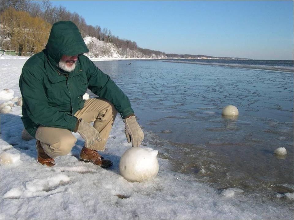 Deze rariteit van de natuur waarvoor geen meteorologische naam bestaat komt voor na zware sneeuwval langs de kusten van grote meren en oceanen. De in