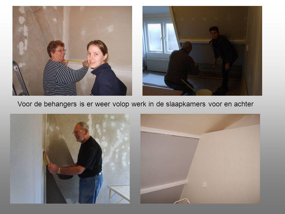 Voor de behangers is er weer volop werk in de slaapkamers voor en achter