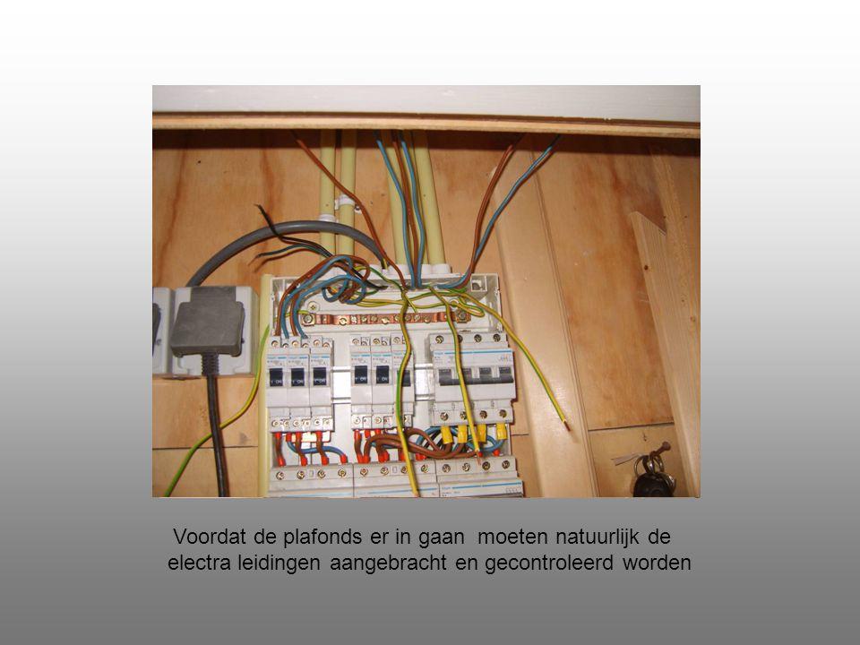 Voordat de plafonds er in gaan moeten natuurlijk de electra leidingen aangebracht en gecontroleerd worden