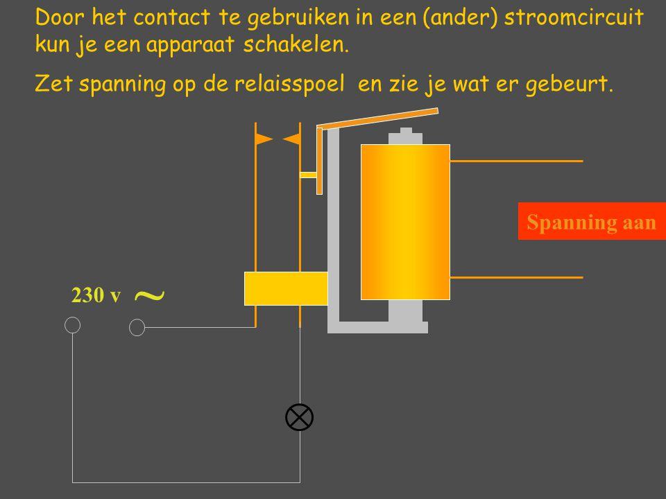 Door het contact te gebruiken in een (ander) stroomcircuit kun je een apparaat schakelen. Zet spanning op de relaisspoel en zie je wat er gebeurt. ~ S