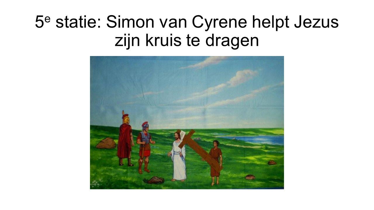 5 e statie: Simon van Cyrene helpt Jezus zijn kruis te dragen